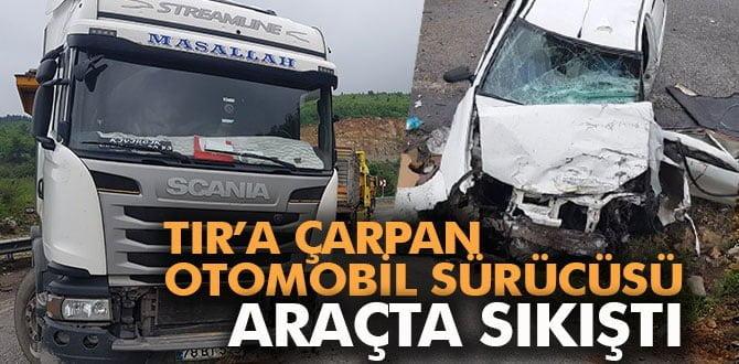 TIR'a çarpan otomobil sürücüsü araçta sıkıştı