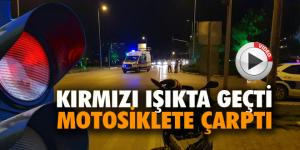 Kırmızı ışıkta geçen ambulans motosiklete çarptı