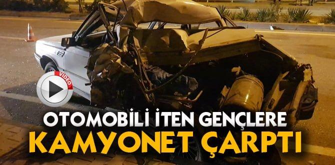 Yakıtı biten otomobili iten gençlere kamyonet çarptı: 2 yaralı