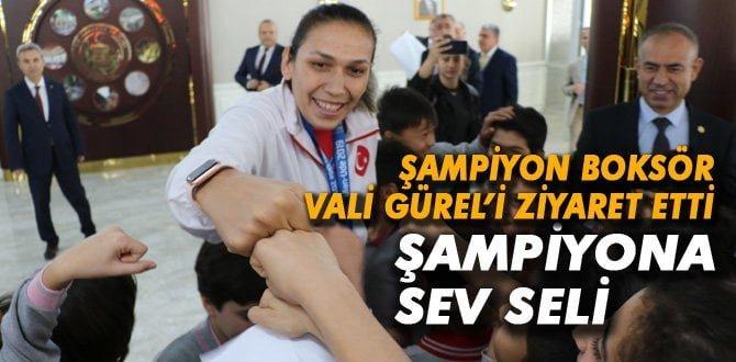 Çocuklardan milli boksör Elif Güneri'ye tebrik sarılması