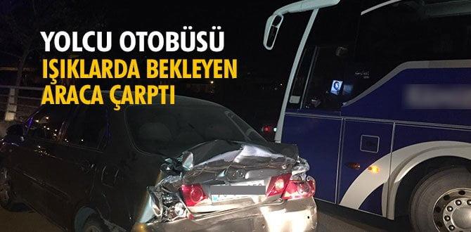 Yolcu otobüsü ışıklarda bekleyen araca çarptı: 3 yaralı
