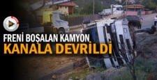 FRENİ BOŞALAN PARK HALİNDEKİ KAMYONET KANALA DEVRİLDİ
