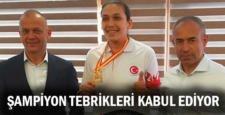 ŞAMPİYON TEBRİKLERİ KABUL EDİYOR