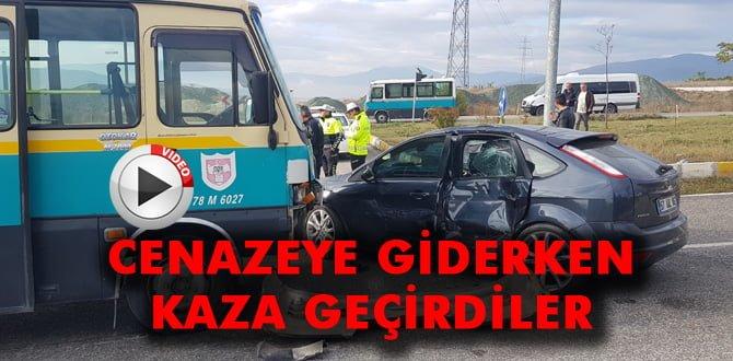 Cenazeye giden otomobil ile minibüs çarpıştı: 4 yaralı